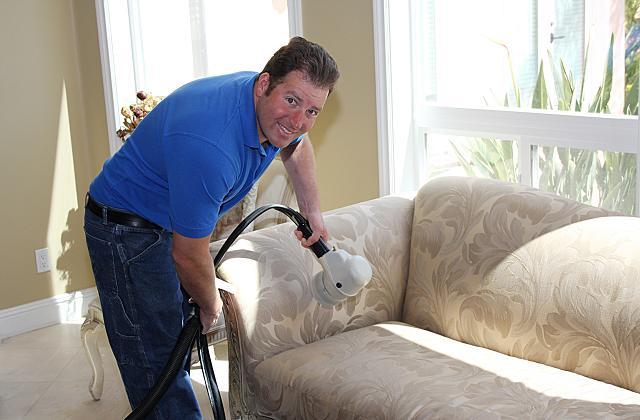 Wie reinigt man das Sofa damit es wieder wie neu aussieht