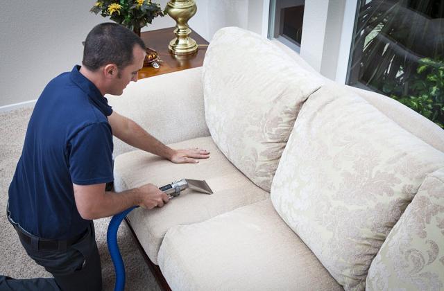 Wie reinige ich eine Sessel aus Stoff