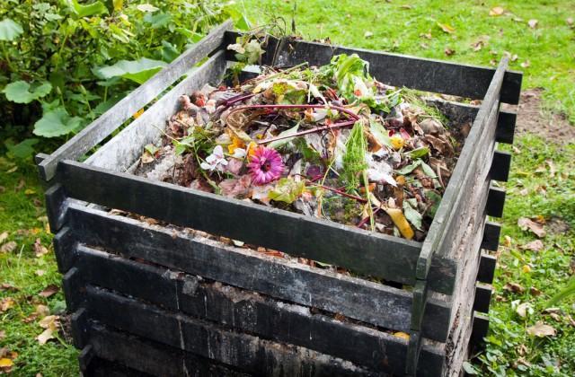 Wie baut man einen selbstgemachten Komposter für den Garten