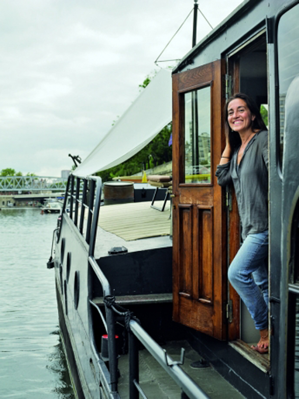 houseboat das haus dass auf der seine gleitet. Black Bedroom Furniture Sets. Home Design Ideas