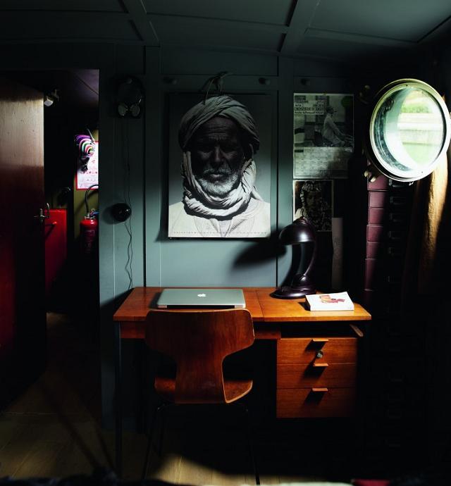 houseboat das haus dass auf der seine gleitet seite 3 von 4. Black Bedroom Furniture Sets. Home Design Ideas