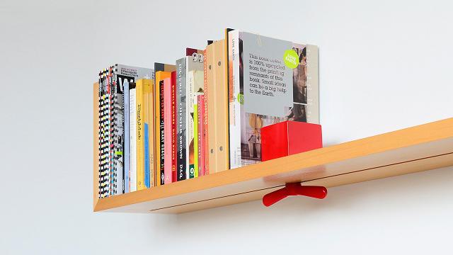 Regal mit einstellbaren Buchstützen