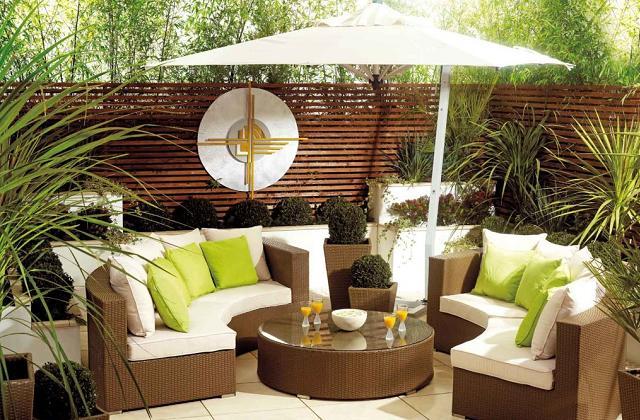 Eine Wohnecke für den Garten durch Sessel und Sofas für den Außenbereich