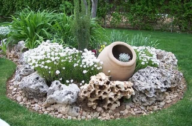 Gartendekoration mit Steinen