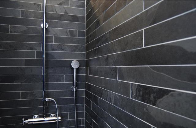 Ein Bad das mit natürlichem Gestein überzogen wird ist einzigartig