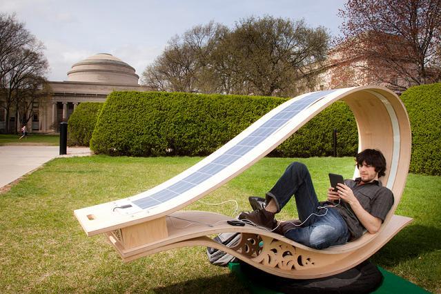 Solar-Liegestuhl um in aller Gelassenheit ins Netz zu surfen