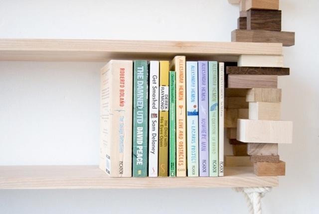 Ein Büchergestell aus recyceliertem Holz