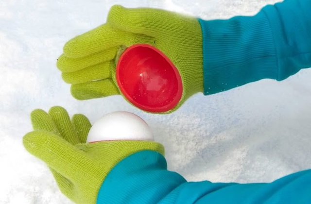 Spezielle Handschuhe um Schneebälle zu machen