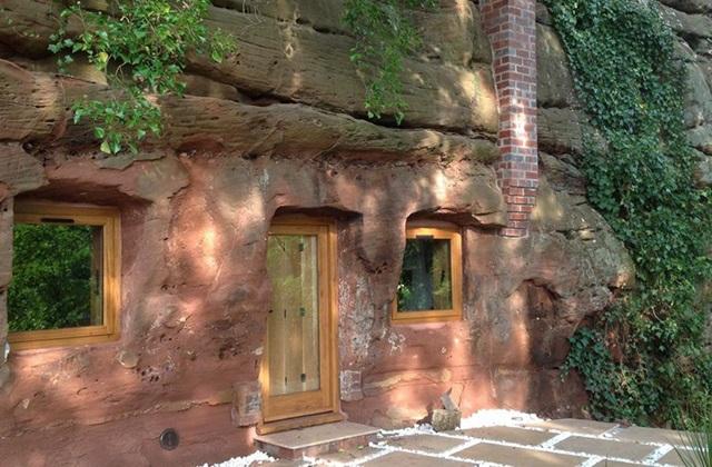 Eine Höhle, die zum modernen Haus wird