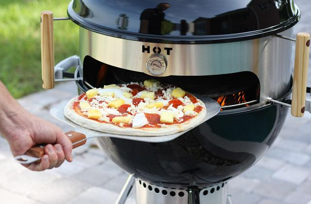 Pizza auf dem Grill kochen