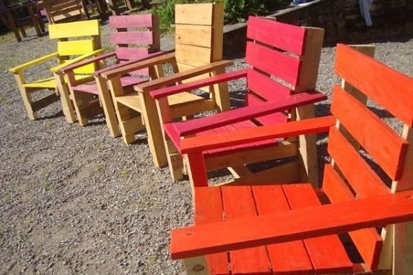 Alte Paletten Recyceln und in bunten Stühlen und Liegestühlen verwandeln