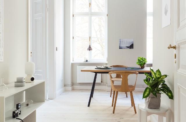 Einen alten Cottage im schwedischen Stil einrichten mit einem eleganten Mix