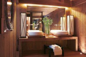 Ein Badezimmer aus Holz: Wie pflegt man Fußboden und Überzüge?