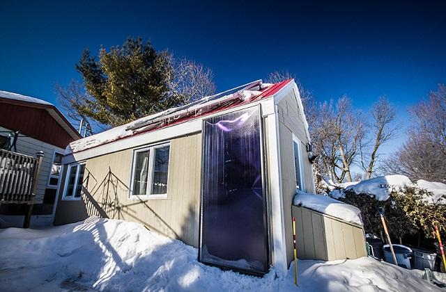 Das solare Tiny House, dass sich den ganzen Winter über für nur 100 Dollar heizt (Video)