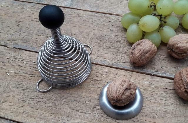 Originelles Gadget für den Esstisch: Der Sprungfeder-Nussknacker, um Freunde und Gäste zu vergnüge