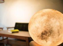 Die Lampe, die den Mond in ihre eigenen vier Wänden bringt