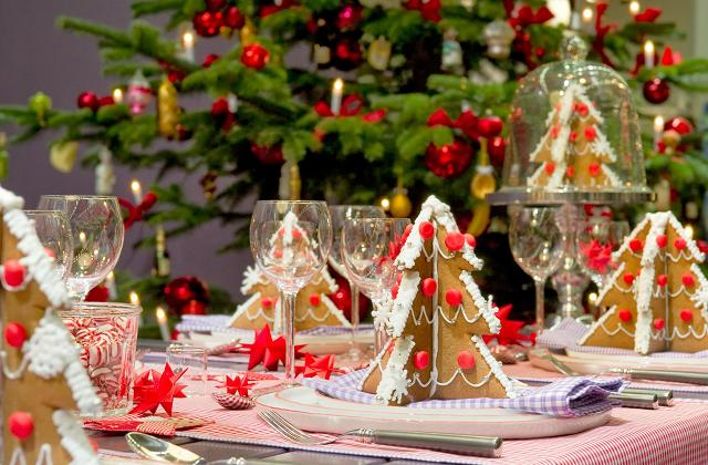 Wie kann man an Weihnachten den Tisch dekorieren