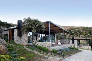 Moderne Villa aus Stein: Kombination von modern und rustikal