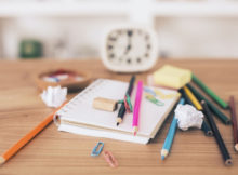 Wie man einen Schreibtisch gut organisiert, um besser zu lernen und zu arbeiten